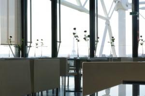 Restaurantul in interior, cu Tour Eiffel in plan secund