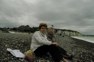 Impreuna cu mama pe o plaja din Normandia