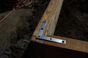 Dulapii de lemn sunt prinsi cu coltare metalice