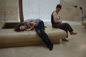 Mamon impreuna cu Evelina la Louvre, rupte de oboseala