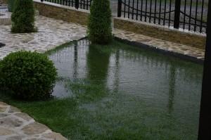 Imediat ce s-a oprit ploaia, peluza inundata din fata casei