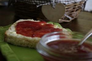 Paine proaspata cu unt si dulceata de capsune - la mic-dejun