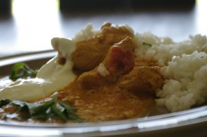 Curry de pui servit cu orez si iaurt