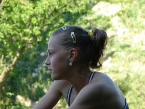La 14 ani, in echipament de antrenament, la padure
