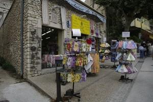 Unul dintre numeroasele magazine cu suveniruri