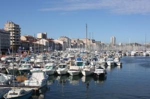 Lasand in urma portul turistic din Marsilia