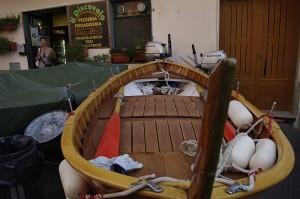 Mergand printre barci