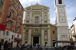 Biserica ingramadita intre cladiri de locuinte
