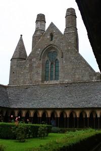 Sus in manastire