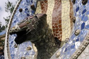 Milioane de cioburi multicolore formeaza terase, statui si fantani