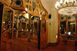 Salonul de la etajul unu cu usile frumos maiestrite