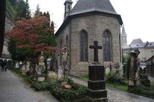 Cimitirul si micuta lui capela