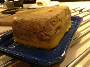 Asa arata terina de foie gras rasturnata pe un platou