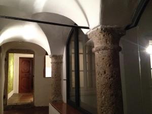 Coloane de piatra, arcade, lemn masiv