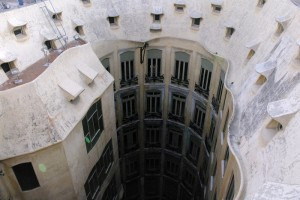 Curtea interioara vazuta de pe terasa