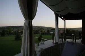 ...clipe de relaxare, seara, pe terasa...