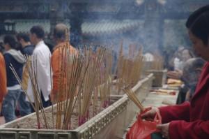Sute de betisoare parfumate sunt aprinse de credinciosi