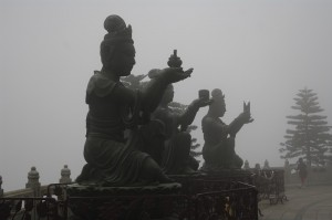 Zeitati oferind daruri Marelui Buddha