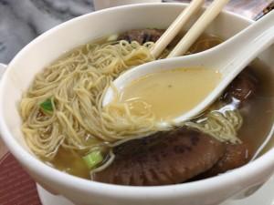 Supele simple, cu taitei si legume, sunt delicioase