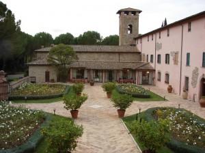 Curtea interioara cu turnul clopotnitei