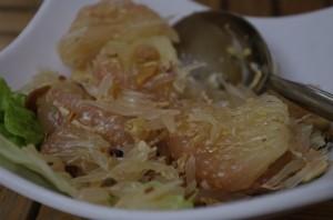 Salata de pomelo cu miere, alune si garizi prajiti