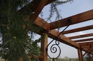 Ornamentele din fier forjat confera rezistenta pergolei