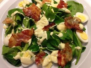 Salata cu toate ingredientele aranjate pe farfurie