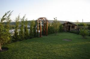Arcada din lemn delimiteaza intrarea in gradina de legume