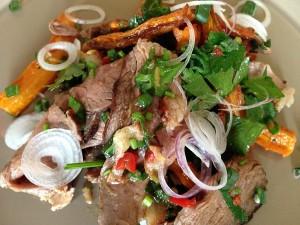 Salata pregatita pentru servire