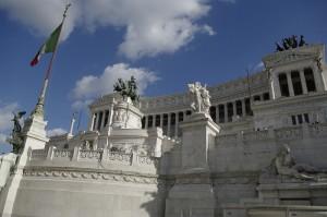 Monumentul Vittorio Emanulele II, alb stralucitor in soarele Romei