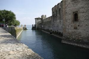 Sirmeone si a lui castel cu rol de aparare a lacului