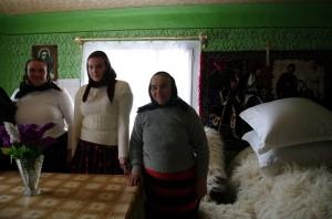 Trei generatii, cu mandrie, in casa batraneasca