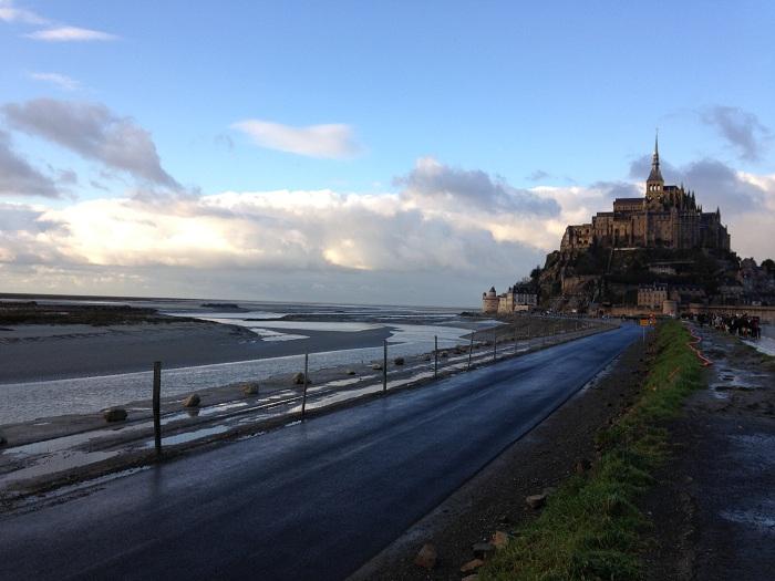 Mont St.Michel vazut de pe drumul de acces