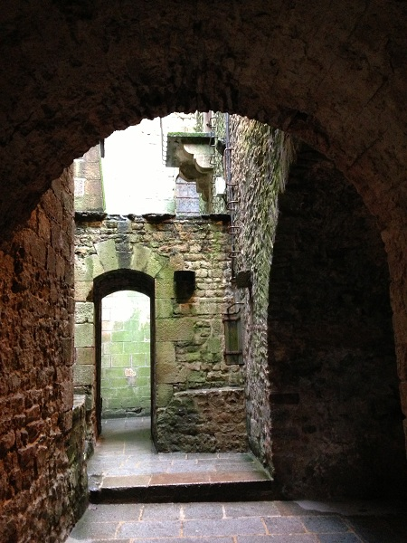 Ziduri din piatra, arcade, trepte, turnuri