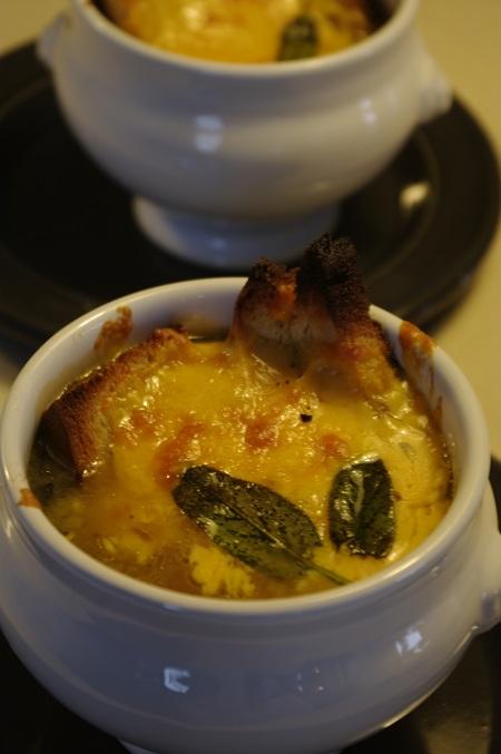 Supa de ceapa abia scoasa din cuptor