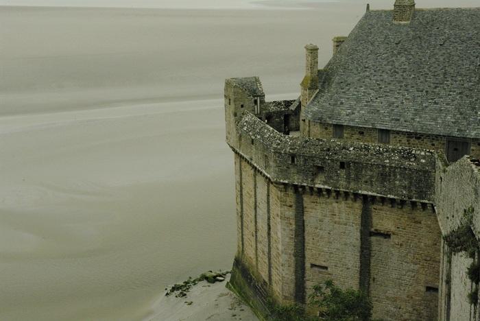 Sus, pe terasa manastirii