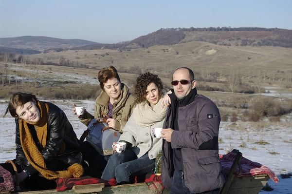 Familia la o cana de vin fiert