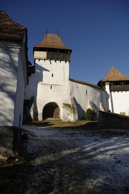 Turnul care strajuieste intrarea in curtea Bisericii