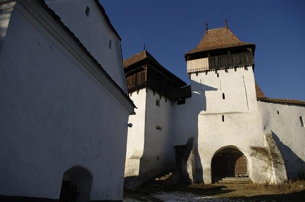 Umbrele soarelui de decembrie cad pe zidurile albe