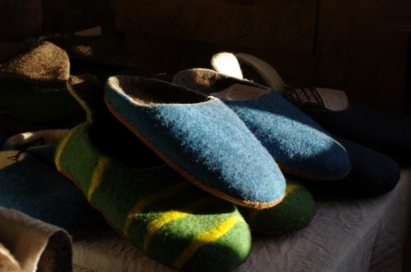 Papuci caldurosi facuti manual de localnice