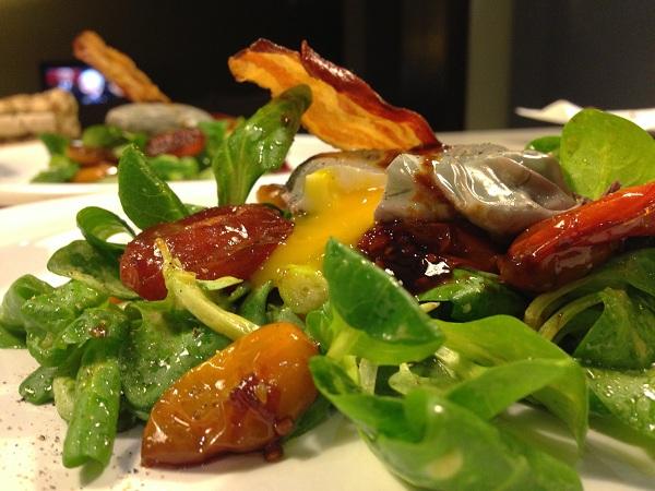 Salata cu rosii caramelizate si ou posat in vin