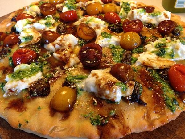 Pizza fougasse cu sos pesto, rosii caramelizate si mozzarella de bivolita