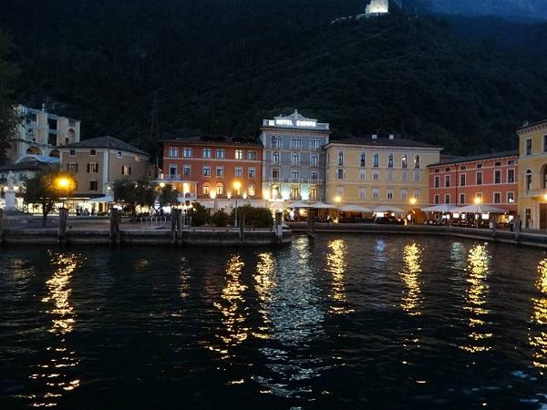 Luminile Rivei in apele lacului Garda