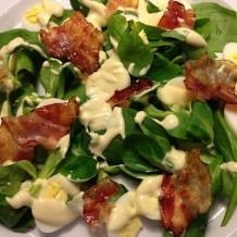 Salata delicioasa cu oua de prepelita si sos de mustar